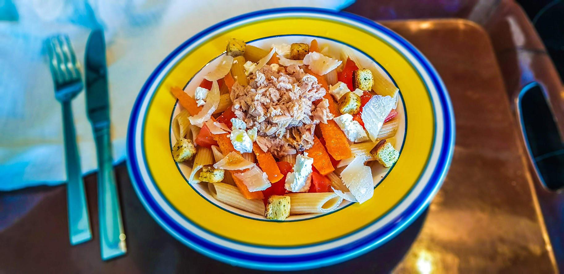 Salade de pâtes au thon, tomate, et fromage féta