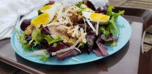 Salade César au poulet mariné